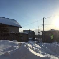 日差しはあるのに、細かい雪が風に舞う