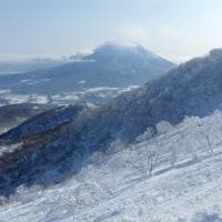 つかの間の晴れ間のスキー2)凍りついたリフトと電波塔