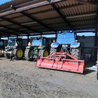 格納庫にトラクターが並ぶ。