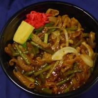 宅配弁当町田相模原中心のキッチンあらかると本日のおすすめはスタミナモツ丼です