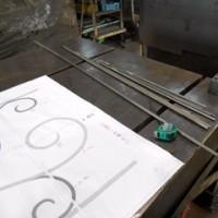 唐草装飾で構成された柵を製作中