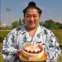 「遠藤「抱いてみたい」誕生日ケーキの賜杯に笑顔」とのニュースっす。