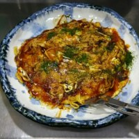 ランチはお好み焼き、イカミミ、豚バラ肉、中華麺と玉子2個入りです