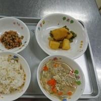 金曜日、幼稚園の子どもたちはお家からお弁当を持ってくるので、給食はべべ(保育所)だけです。