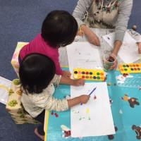 1歳クラス初めての絵の具体験♫