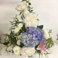 紫陽花と芍薬を使って、爽やか、トライアングルスタイル。
