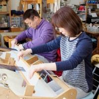 竹島を眺めながら二人で仲良く手織り体験をしました