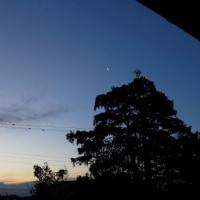 2月22日、朝見えた月、雲の色の変化。気温を感じさせない。