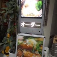 夕刻の上海路、謝甜記二号店の看板にも明かりがつき始めていた。サンタクロースも健在。
