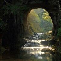 洞窟に朝陽が射す濃溝の滝