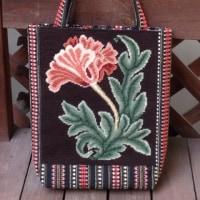 ニードルポイントのバッグ