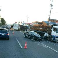 早朝、トラック、国道塞ぐ。