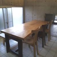 すっきりモダン、センの一枚板テーブル2000㎜超のサイズ。かっこよくまとまりました。お客様宅へ。一枚板と木の家具の専門店エムズファニチャーです。