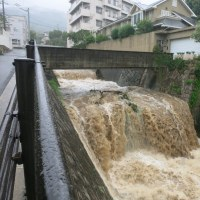 台風直撃で大雨 鉄砲水