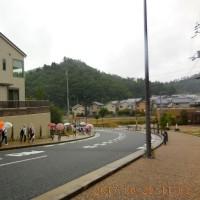 梅雨空で小雨の中を40人が箕面森町・外周道を歩きました。