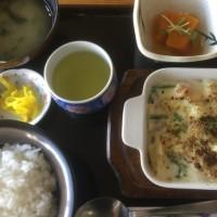 2月16日の日替り定食550円は 小海老とマカロニのグラタンです。