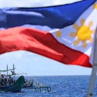 Philippine Rise の海中にフィリッピン国旗を立てる