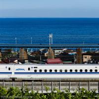 青い海と新幹線とのコントラスト