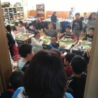 4年生の給食準備に保育園児の人だかりが‥