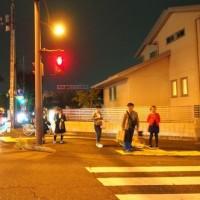 夜の街角、信号待ち