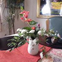 アヤメと卓上の生け花