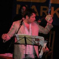 トーダルがミンスクのコンサートで日本の歌をはっぴを着て歌いました。