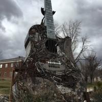 公園のギターのオブジェ