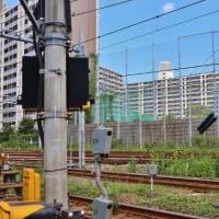 線路際の光景と、その向こうの公団住宅。