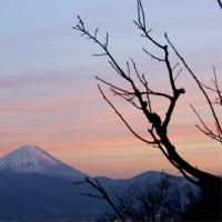 夕刻の赤に染まる富士山と薄氷に映した空の色