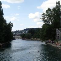 暑いと運河に飛び込んじゃうチューリッヒの人々