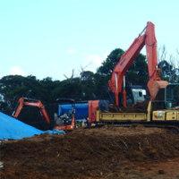 赤土露出に過重積載、ずさんな工事が進むH地区