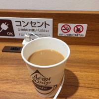 イオンマリンピアの地下一階。充電しながらコーヒーを飲みます。