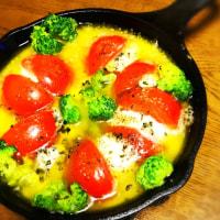 夜ご飯は、モッツァレラとトマトのアヒージョ