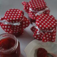 赤いお鍋でイチゴのコンフィチュール作り。