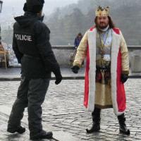 プラハ王宮前――王様と私(a policeman)