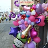 太田市にお届けのお誕生日のスタンド花と室内の装飾
