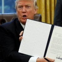 トランプ 環太平洋連携協定(TPP)正式離脱に関する大統領令に署名