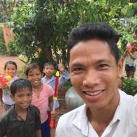 カンボジアのお正月 車チャーターアートと子供達と 遊ぶ