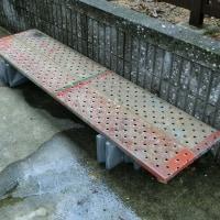 古い足場板をフラワースタンドで再利用