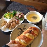チーズパンとミックスサラダ