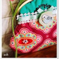 エメラルドグリーン×ピンク!甘い甘~い水色セキセイインコ刺繍ブローチ付きがま口バッグ 完成!!