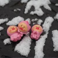 ★モモジリとマンホールの蓋に積もる雪