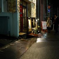 駅前 金曜日 雨の宵