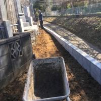 冬の嵐に逆戻りした墓地 で 土留めブロックの埋め戻し作業 茨城 利根