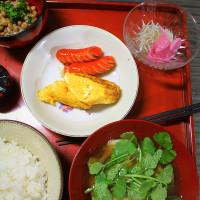 赤いウインナー・卵焼き・舞茸と芹のおつゆ・・・朝餉