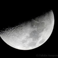 雲間に出た月