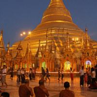 ミヤンマー最大の聖地 シュエダゴン・パヤーの夕暮れ時