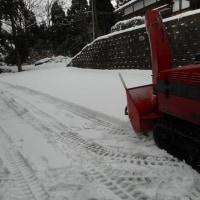 山の家・・・積雪5cm程度・・・、試運転を兼ね、除雪機初稼働です。