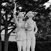 恵庭の彫像-15  「坂 坦道」初期作品が恵庭にあった,島松小学校「よい子・つよい子像」