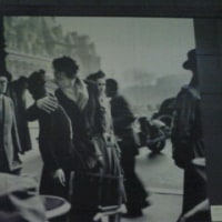 ロベール・ドアノーの「パリ市庁舎前のキス」